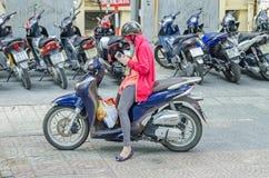 Den unga kvinnan på henne var nedstämd med hjälmen, framsidamaskeringen, handskar och sm Fotografering för Bildbyråer