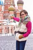 Den unga kvinnan på rött kvadrerar Royaltyfri Bild