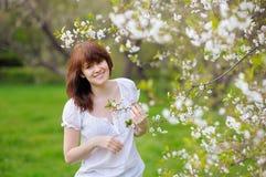 Den unga kvinnan på våren parkerar Royaltyfri Foto