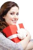 Den unga kvinnan räcker en xmas-gåva Royaltyfri Bild