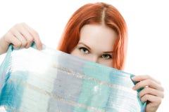 Den unga kvinnan räknade som henne, skyler framsidan Arkivfoto
