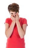 Den unga kvinnan är rädd med händer för hennes framsida Arkivbild