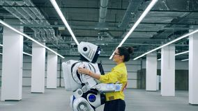 Den unga kvinnan rymmer en cyborg och talar till det lager videofilmer