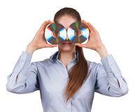 Kvinnan rymmer två CDs främre av hans vänder mot Arkivbild