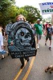 Den unga kvinnan rymmer undertecknar upp in den Atlanta mars för vetenskap Royaltyfria Foton