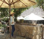 Den unga kvinnan säljer kokta ägg på I - tillgripa, Nha Trang, Vietnam Royaltyfria Bilder