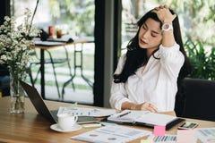 Den unga kvinnan satte handen på tröttad head känsla, frustrerat & stresse arkivbild