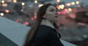 Den unga kvinnan ser framåtriktat till aftonstadsscape stock video