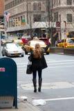 Gul Cab för unga kvinnahagel i Manhattan arkivfoto