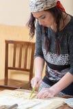 Den unga kvinnan skapar gnocchettipastan Arkivbilder