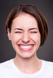 Den unga kvinnan skrattar högt Royaltyfria Bilder