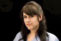 Den unga kvinnan skurar in royaltyfri fotografi