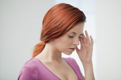 Den unga kvinnan smärtar in. Royaltyfri Fotografi