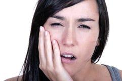 Den unga kvinnan smärtar in har tandvärk Royaltyfri Bild