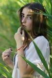 Den unga kvinnan sneglar den amourous ögonkastet royaltyfria bilder