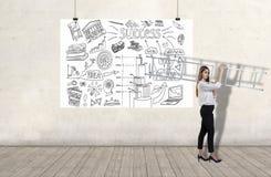 Den unga kvinnan som bär en stege vid en vägg med affärsplan, skissar på ett vitt baner 3d framf?r best?ndsdelar i collage fotografering för bildbyråer