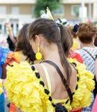 Den unga kvinnan som bär traditionella Sevillana, klär på Sevillen April Fair Royaltyfri Fotografi