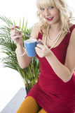 Den unga kvinnan som dricker kaffe, rånar Arkivbild