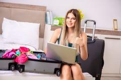 Den unga kvinnan som får klar för sommarsemester royaltyfri foto