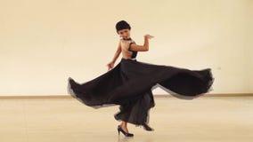 Den unga kvinnan som gör 180 grader, kontrar medurs kroppvänd stock video