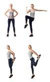 Den unga kvinnan som gör sportar som isoleras på vit Arkivfoton