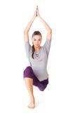 Den unga kvinnan som gör yoga, övar det låga utfall Arkivfoton