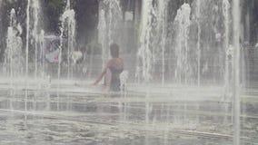 Den unga kvinnan som gör yoga, övar inom springbrunnen lager videofilmer