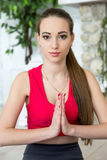 Den unga kvinnan som gör yoga i morgon, parkerar Royaltyfri Bild