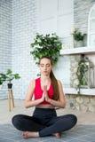 Den unga kvinnan som gör yoga i morgon, parkerar royaltyfri fotografi