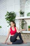 Den unga kvinnan som gör yoga i morgon, parkerar Arkivfoto