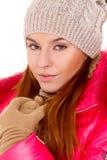 Den unga kvinnan som ha på sig vinter, klår upp scarfen och locket Arkivfoton