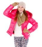 Den unga kvinnan som ha på sig vinter, klår upp scarfen och locket Royaltyfri Foto