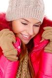 Den unga kvinnan som ha på sig vinter, klår upp scarfen och locket Fotografering för Bildbyråer