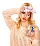 Den unga kvinnan som har influensa, tar preventivpillerar. Royaltyfria Foton