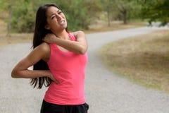 Den unga kvinnan som joggar ut, lider en muskelskada Royaltyfri Foto