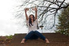 Den unga kvinnan som leker med guling, lämnar Fotografering för Bildbyråer