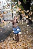 Den unga kvinnan som leker med guling, lämnar Arkivbilder