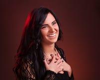 Den unga kvinnan som ler med vikt, beväpnar Arkivbilder