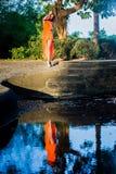 Den unga kvinnan som poserar i det tropiskt, parkerar arkivfoton