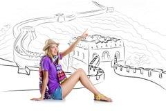 Den unga kvinnan som reser till porslinet för att se den stora väggen Fotografering för Bildbyråer