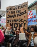 Den unga kvinnan som rymmer en handgjord affisch med slogan under en protest, samlar organiserat av rörelsen för ungdomfo-klimate royaltyfri foto