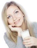 Den unga kvinnan som rymmer ett exponeringsglas av nytt, mjölkar Fotografering för Bildbyråer