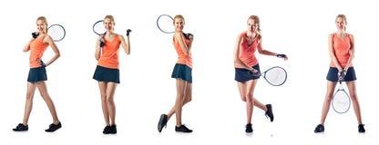 Den unga kvinnan som spelar tennis som isoleras på vit Arkivbilder