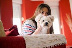 Den unga kvinnan spelar med hennes hund Royaltyfri Foto