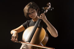 Den unga kvinnan spelar violoncellen Fotografering för Bildbyråer
