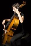 Den unga kvinnan spelar violoncellen Royaltyfri Bild