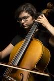 Den unga kvinnan spelar violoncellen Arkivfoton