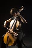 Den unga kvinnan spelar violoncellen Royaltyfria Bilder