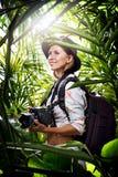den unga kvinnan tar bilden i djungeln Arkivfoton