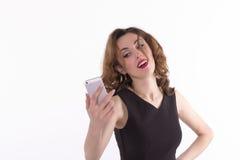 Den unga kvinnan tar en självstående med hennes smartphone Royaltyfria Foton